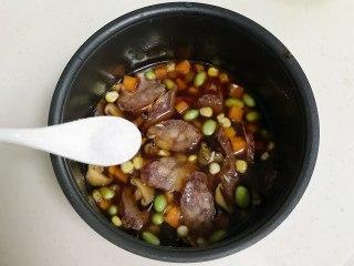 腊肠时蔬焖饭,加入少许盐,稍微搅拌下。