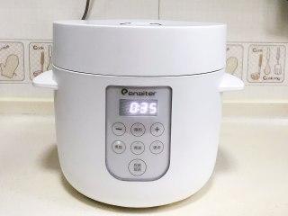 腊肠时蔬焖饭,放入伊莱特素颜煲内,启动煮饭键即可。