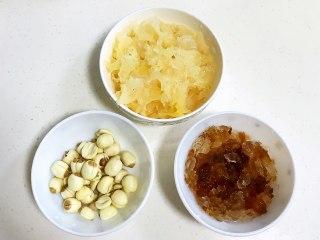 桃胶银耳凤梨甜汤,凤梨切小块,枸杞冲洗下。
