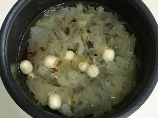 桃胶银耳凤梨甜汤,加入适量的清水。