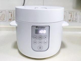 桃胶银耳凤梨甜汤,盖好盖子,按煲汤键,时长设置1小时。
