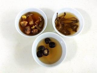 菌菇山药乌鸡汤,香菇、松茸和茶树菇用温水泡发。