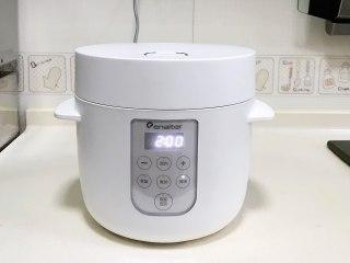 菌菇山药乌鸡汤,盖上盖子,启动电饭煲煲汤键,时长2小时。