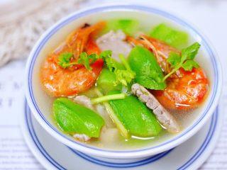 丝瓜海虾肉片汤,鲜美无比又营养丰富的丝瓜海虾肉片汤。