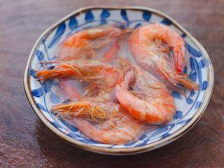 丝瓜海虾肉片汤,海虾干用清水浸泡一会儿,至变软后洗净。
