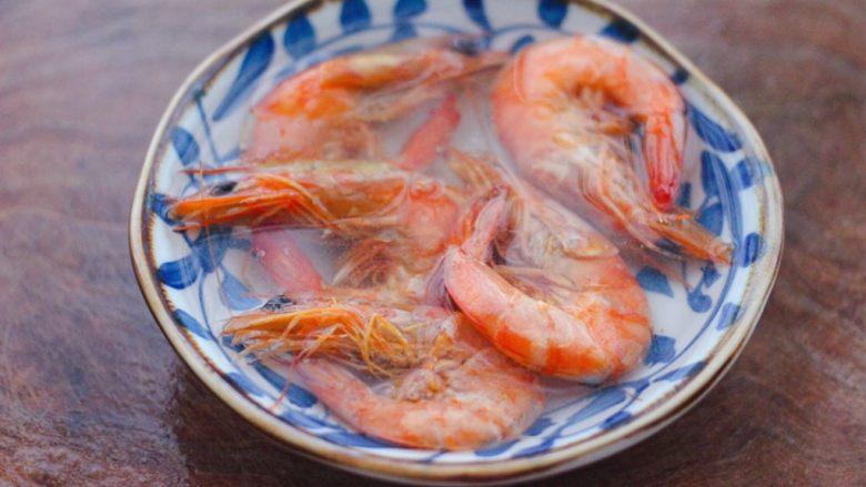 丝瓜海虾肉片汤,<a style='color:red;display:inline-block;' href='/shicai/ 70642'>海虾干</a>用清水浸泡一会儿,至变软后洗净。