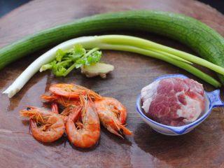 丝瓜海虾肉片汤,首先备齐所有做汤圆食材。