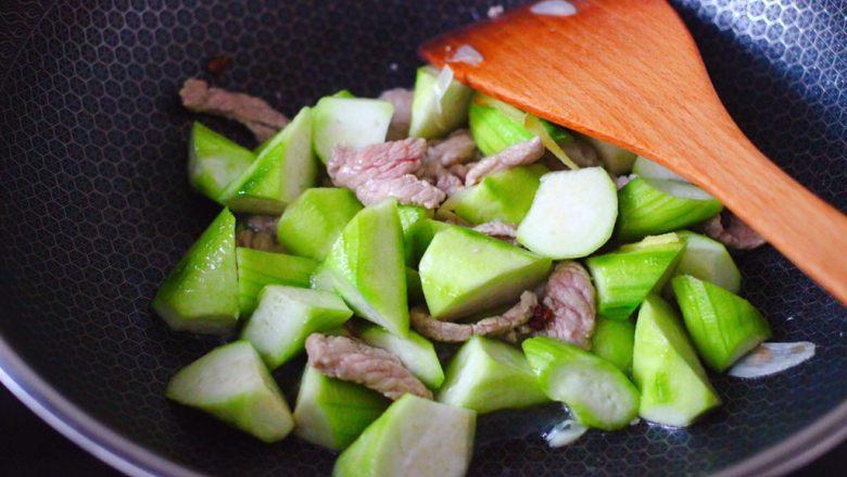 丝瓜海虾肉片汤,这个时候加入丝瓜,大火继续煸炒至变软。