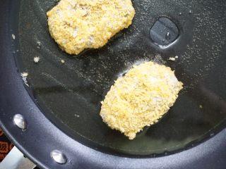 日式可乐饼,放入油锅炸制金黄捞出控油