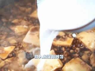 很好吃的家常下饭菜,淋入水淀粉炒匀。