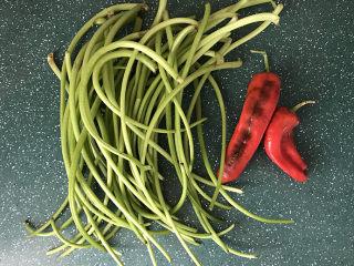 山芋藤炒辣椒,备好红椒和山芋藤