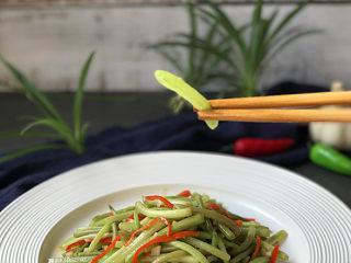 山芋藤炒辣椒,尝一口:清脆爽口,香辣入味,下饭又好吃 。
