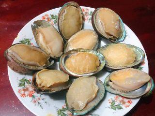 蒜蓉粉丝蒸鲍鱼,在市场买到鲜活新鲜的大鲍鱼先用清水冲洗一下