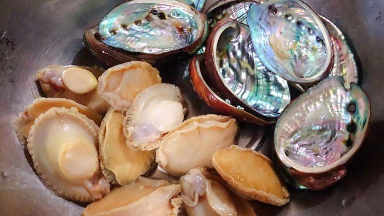 蒜蓉粉丝蒸鲍鱼,鲍鱼肉肉从壳中取出将鲍鱼的内脏摘除清洗干净再用小牙刷把鲍鱼壳里外刷洗干净