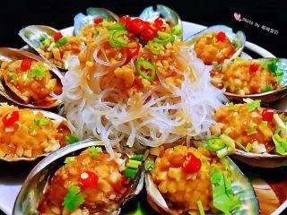 蒜蓉粉丝蒸鲍鱼,蒜蓉粉丝蒸鲍鱼是一道宴客必备的拿手大菜