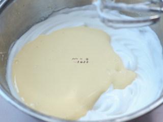提拉米苏,将打发的蛋黄糊全部加入打发的蛋白霜中