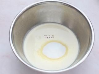 提拉米苏,淡奶油加细砂糖,用电动打蛋器打发