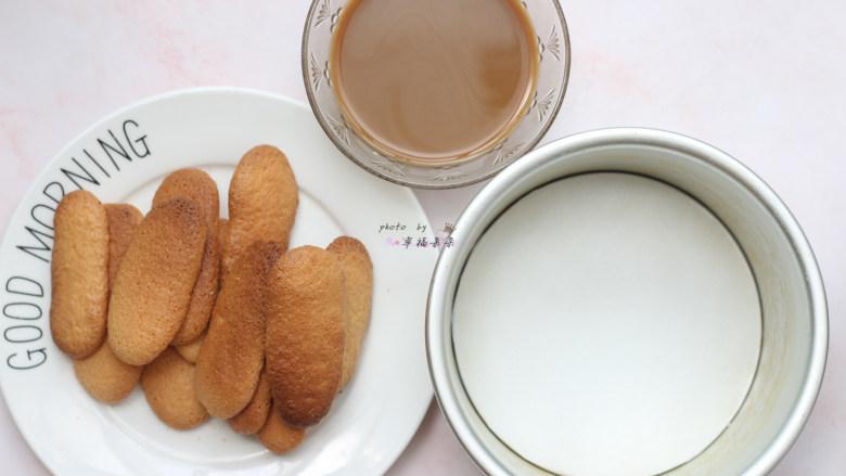 提拉米苏,6寸圆模底部铺一张油纸,咖啡85g和朗姆酒15g混合均匀成咖啡酒,准备最后的组装