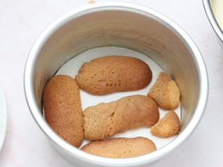 提拉米苏,手指饼干在咖啡酒里面滚一圈,摆入6寸圆模底部,再倒入1/3的慕斯糊
