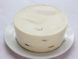 提拉米苏,冷藏后的提拉米苏从冰箱取出,用热毛巾捂一圈模具,将提拉米苏蛋糕脱模取出