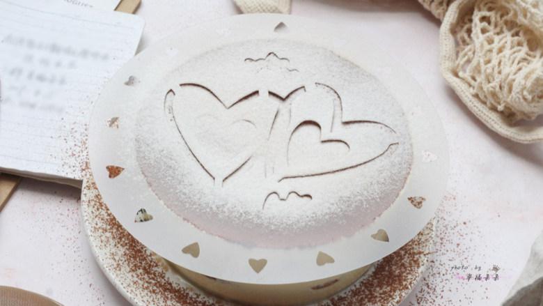 提拉米苏,再用模板筛一层防潮糖粉,没有专用模板也可以自己打印喜欢的图案剪制一个