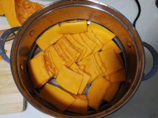 南瓜糯米夹心饼,南瓜去皮去芯,切薄片,容易熟也方便后面搅南瓜泥,上锅蒸10分钟左右