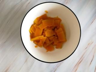 南瓜糯米夹心饼,用筷子戳一戳透了就可以了,起锅装大碗里