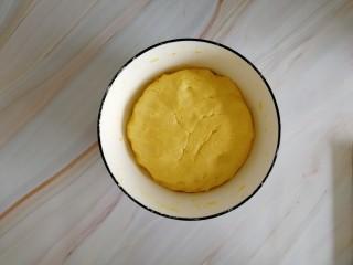 南瓜糯米夹心饼,揉至不黏收就好了,揉好的面团,面团揉的稍微软一点,好做夹心