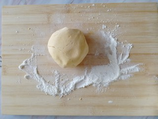 南瓜糯米夹心饼,案板上撒一层面粉,捏一小坨面出来