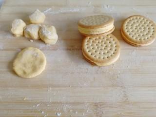 南瓜糯米夹心饼,取出两块饼干,把夹心放中间,轻轻按压