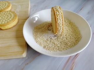 南瓜糯米夹心饼,面团边抹平沾水裹上白芝麻