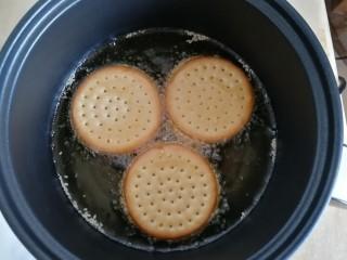 南瓜糯米夹心饼,锅里放稍多一些油,烧热后开小火。一定要开小火,油温降了后下饼干小火慢炸,不然就黑了