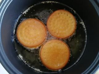 南瓜糯米夹心饼,注意翻面,炸至两面金黄颜色变深后出锅