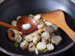 杏鲍菇虾仁三椒小炒,再放入适量的盐调味。