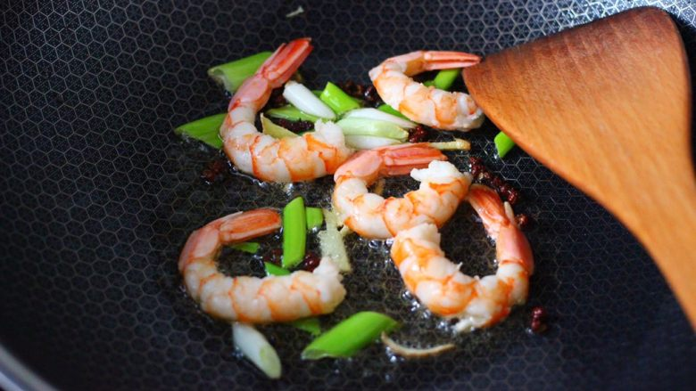 杏鲍菇虾仁三椒小炒,这个时候加入阿根廷红虾,大火快速翻炒熟。