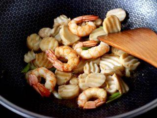 杏鲍菇虾仁三椒小炒,大火继续翻炒均匀所有的食材。