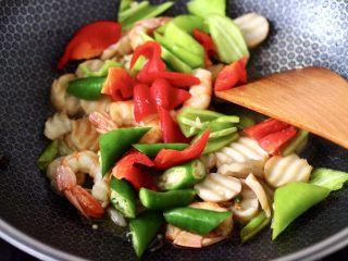 杏鲍菇虾仁三椒小炒,加入青椒和红椒,杭椒,大火继续翻炒均匀。