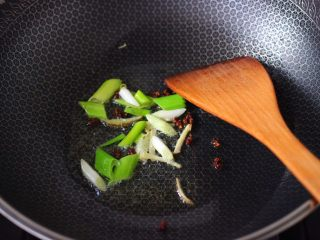 杏鲍菇虾仁三椒小炒,另起锅烧热后,倒入花生油小火慢慢炸香花椒,再大火爆香葱姜丝。