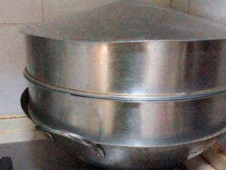 芋泥肉松泡芙,芋头洗净上锅蒸软。