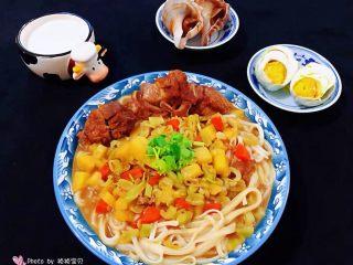 红烧排骨时蔬面,搭配着一杯鲜奶、鸭蛋、白灼海螺就是完美的标配早餐