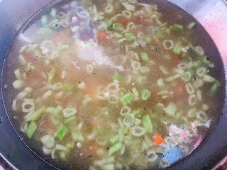 红烧排骨时蔬面,锅中倒入高汤
