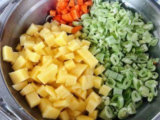 红烧排骨时蔬面,准备原材料芸豆、土豆、胡萝卜摘好去皮洗净切成小块状备用