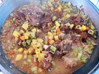 红烧排骨时蔬面,炖制时蔬熟透入味即可喜欢口重的小伙伴可以加点盐