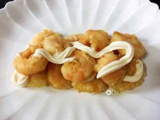 仙境蓬莱虾,虾仁摆成自己喜欢的模样,今天就打成鹊桥样吧,哈哈,挤上沙拉酱,然后再垒上虾仁