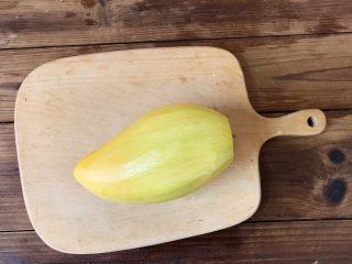 石花版玫瑰果冻,芒果用削皮器削掉外壳