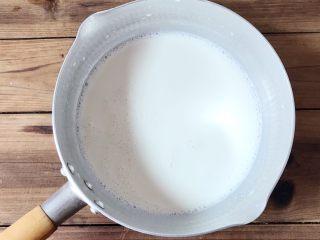 石花版玫瑰果冻,倒入牛奶搅拌均匀备用