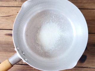 石花版玫瑰果冻,食材处理二:清水部分  锅里倒入30克白砂糖