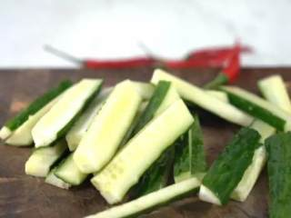 夏天必备凉菜,油淋黄瓜,清脆爽口,鲜香开胃,做法简单更健康,黄瓜切条,小米椒切圈
