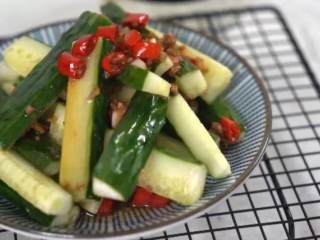 夏天必备凉菜,油淋黄瓜,清脆爽口,鲜香开胃,做法简单更健康,完成