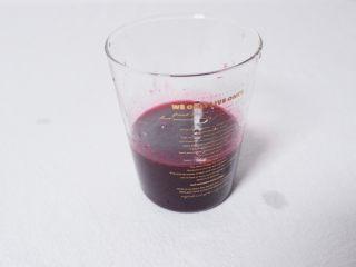 梦幻蓝莓冰饮,把过滤后的蓝莓汁挤入柠檬汁搅拌均匀。用保鲜膜封好,放入冰箱冷藏4小时
